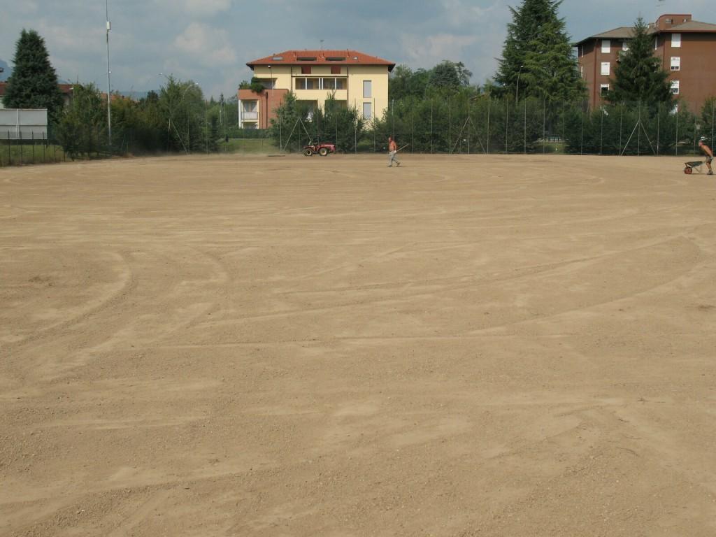 Campo da calcio pronto per la semina